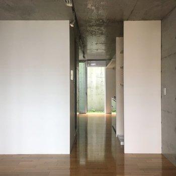 玄関側から。白い壁が一番アクセント