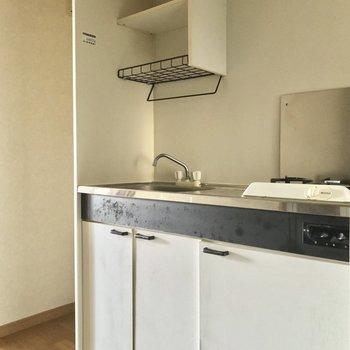 キッチンはモノトーン。※写真は5階の反転似た間取り別部屋、清掃前のものです