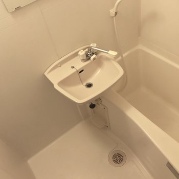 お風呂はちょっとコンパクト。※写真は5階の反転似た間取り別部屋、清掃前のものです