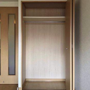 ひとり暮らしには十分なクローゼット。※写真は5階の反転似た間取り別部屋、清掃前のものです