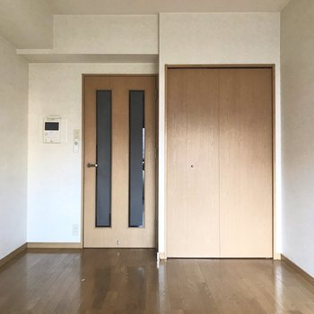 シンプルな都会暮らしに。※写真は5階の反転似た間取り別部屋、清掃前のものです