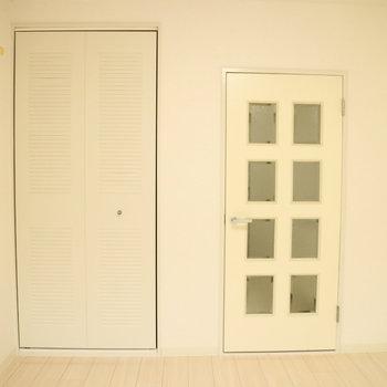 扉もクローゼットも、白色です。※写真は2階の同間取り別部屋のものです