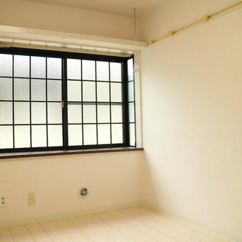黒格子の出窓とグリーン