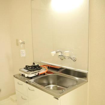 真っ白!なキッチン。※写真は2階の同間取り別部屋のものです