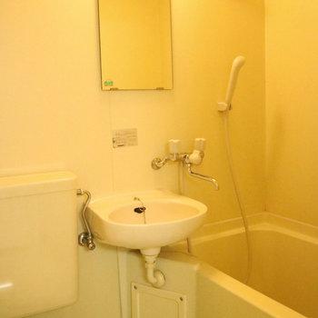 バストイレは3点ユニットタイプ。※写真は2階の同間取り別部屋のものです