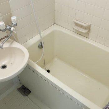 浴槽は小さすぎなくて一安心◎※写真は3階の反転間取り別部屋のものです