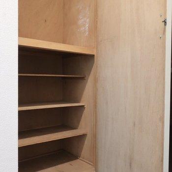 シューズBOXはレトロなタイプ※写真は3階の反転間取り別部屋のものです