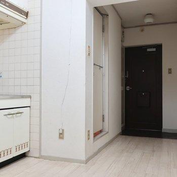 レトロな柄のキッチンがキュート♡※写真は3階の反転間取り別部屋のものです