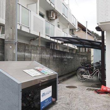 敷地内ゴミ置場に駐輪場もしっかり完備されています