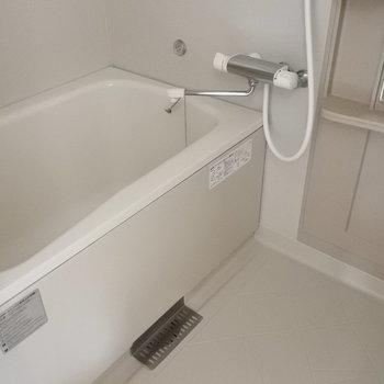 お風呂も1人暮らしにしてはゆったり。(※写真は3階の同間取り別部屋のものです)