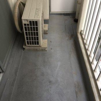 ベランダは1人暮らしなら問題ない広さ。(※写真は5階の同間取り別部屋のものです)