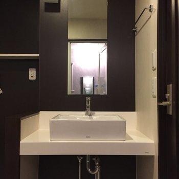 シンプルな洗面台です。(※写真は5階の同間取り別部屋のものです)