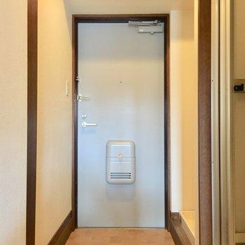 玄関はウッディ!(※写真は5階の同間取り別部屋のものです)