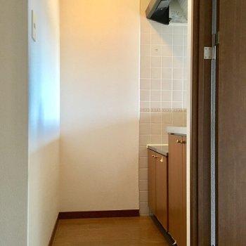 くるりと廊下に回って、キッチンへ。(※写真は5階の同間取り別部屋のものです)