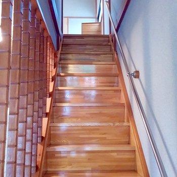 ツヤツヤの階段で2階へ