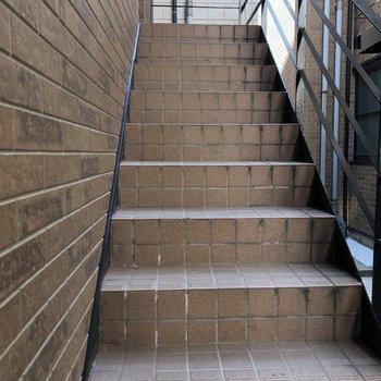1階ですが階段を降りる造り。