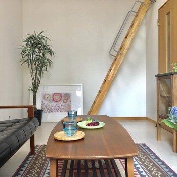白い壁と、アンティーク調の階段がいいバランス。(※写真の家具等は見本です)