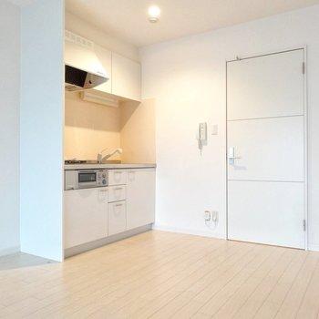 キッチンは壁付けでコンパクト。