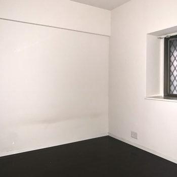 洋室は5.5帖。ベッドを置いて寝室に○