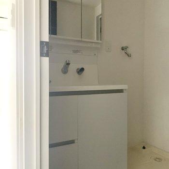 3面鏡の独立洗面台。