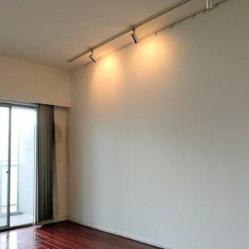 スポットライトが素敵♡※写真は9階の反転間取り別部屋、清掃前のものです