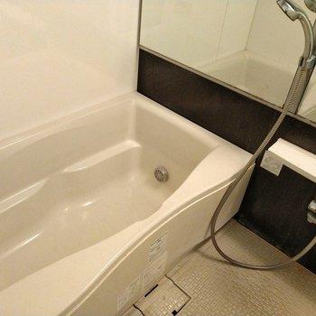 お風呂も広々キレイ!鏡も壁いっぱいに広がっています◎※写真は9階の反転間取り別部屋、清掃前のものです