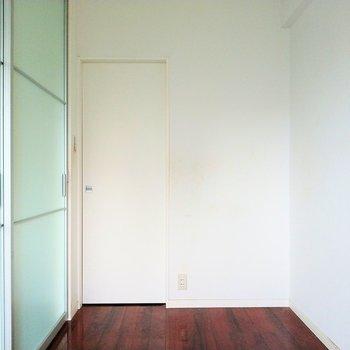 洋室の白い扉の先には…※写真は9階の反転間取り別部屋、清掃前のものです