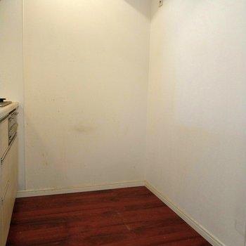 キッチン後ろには冷蔵庫を置けるスペースも◎※写真は9階の反転間取り別部屋、清掃前のものです