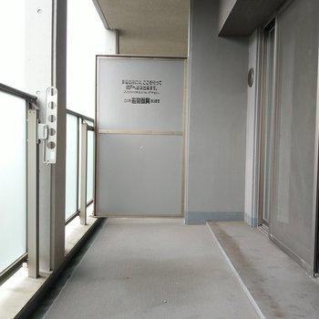 バルコニー広々◎椅子を置いてゆっくりできる広さ♬※写真は9階の反転間取り別部屋、清掃前のものです