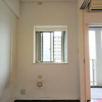 洋室にも小さな窓が!天井付近の壁にもコンセント。壁に間接照明つけてもオシャレかも◎※写真は9階の反転間取り別部屋、清掃前のものです