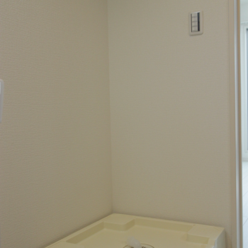 キッチンの向かい側に洗濯機置き場