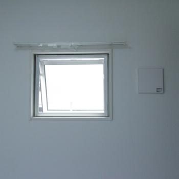 お部屋入って右側に小窓があります