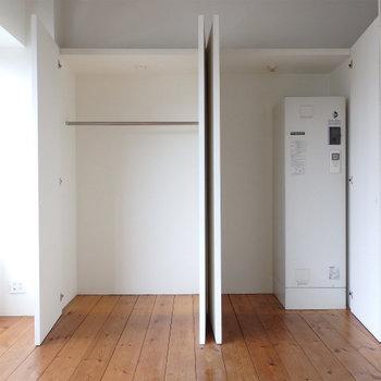 収納。隣には電気温水機も格納(※写真は4階の同間取り別部屋のものです)