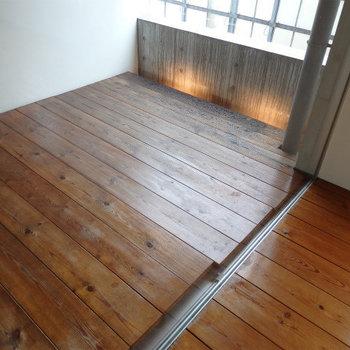 濃く日焼けした無垢フローリング(※写真は4階の同間取り別部屋のものです)