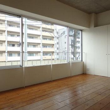 この窓の大きさは羨ましい……(※写真は4階の同間取り別部屋のものです)