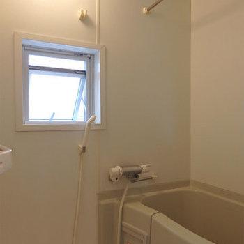 窓付きのお風呂(※写真は4階の同間取り別部屋のものです)