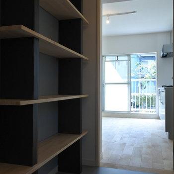 棚ごしのキッチン。どんな雑貨をかざろうか♪