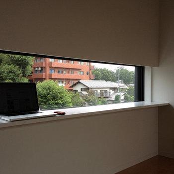 スリットの窓*写真は別部屋