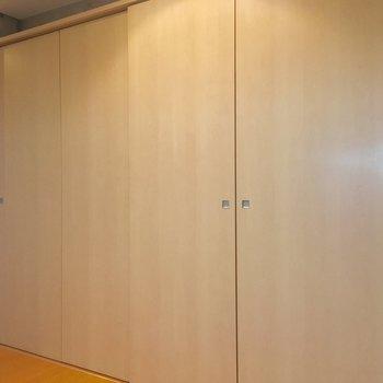 背面の収納も。※写真は5階の反転間取り別部屋のものです。