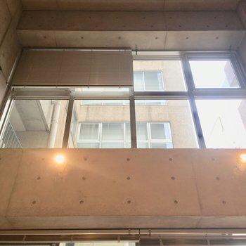 吹き抜け!にも窓!※写真は5階の反転間取り別部屋のものです。