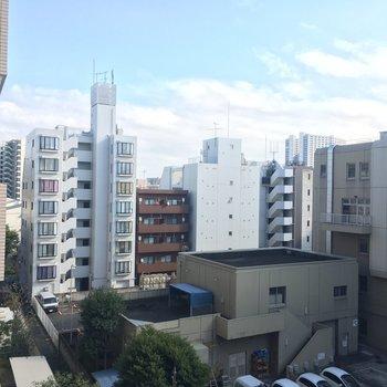 寝室の窓からは住宅街&駐車場ビュー。※写真は5階の反転間取り別部屋のものです。