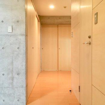 右の扉がサニタリーへと続きます。※写真は5階の反転間取り別部屋のものです。