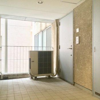 玄関ポーチ的なスペースあり。※写真は5階の反転間取り別部屋のものです。