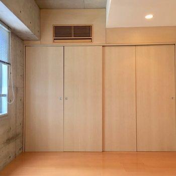 キッチンの奥に寝室です。※写真は5階の反転間取り別部屋のものです。