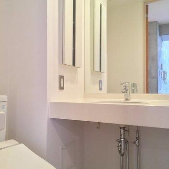 洗面台スタイリッシュ…!※写真は5階の反転間取り別部屋のものです。