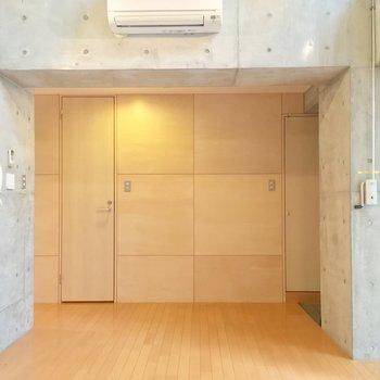 右が玄関、左がキッチン。※写真は5階の反転間取り別部屋のものです。