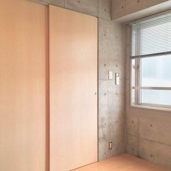 キッチンとは引き戸で仕切れるよ◎※写真は5階の反転間取り別部屋のものです。