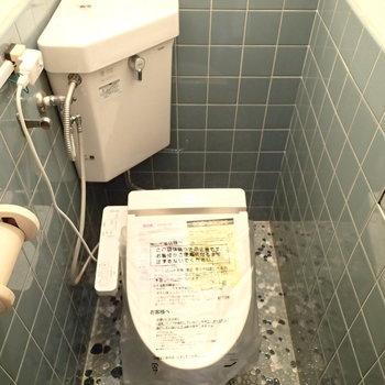 トイレも独立。タイルがいいね。