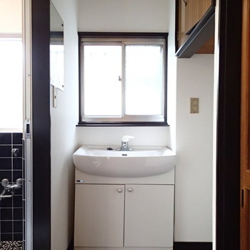 独立洗面台。右は洗濯機置場です。
