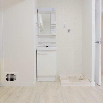 洗面台はキッチンのそば。隣に洗濯機を置けます。
